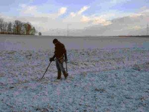 Wintersondeln auf einer verschneiten Wiese